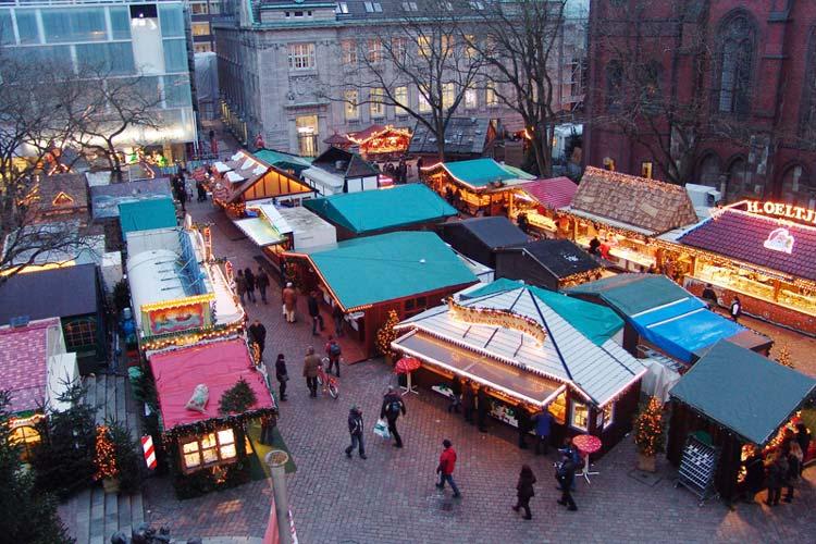 Blick vom Rathaus auf den Oldenburger Lamberti-Markt, der Dienstag eröffnet wird.