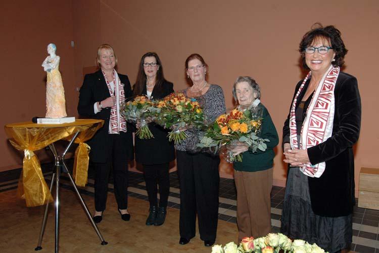 Zum fünften Mal wurde der regionale Wanderpreis Zonta-Frau des Jahres vergeben. Überreicht wurde er an Buschka Niebuhr.