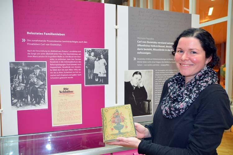 Kuratorin Alexandra Otten mit dem Erinnerungsbuch von Carl von Ossietzky.