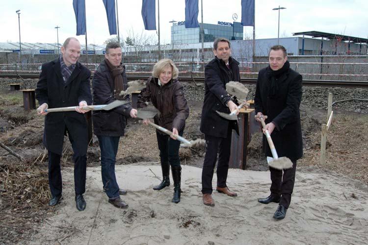 Konnten nach 15 Jahren Planung die Spaten symbolisch in die Hand nehmen (von links): Jürgen Römer (LNVG), Christof Herr (ZVBN), Stadtbaurätin Gabriele Nießen (Stadt Oldenburg), Verkehrsminister Olaf Lies (Land Niedersachsen) und Axel Sauert (Deutsche Bahn).