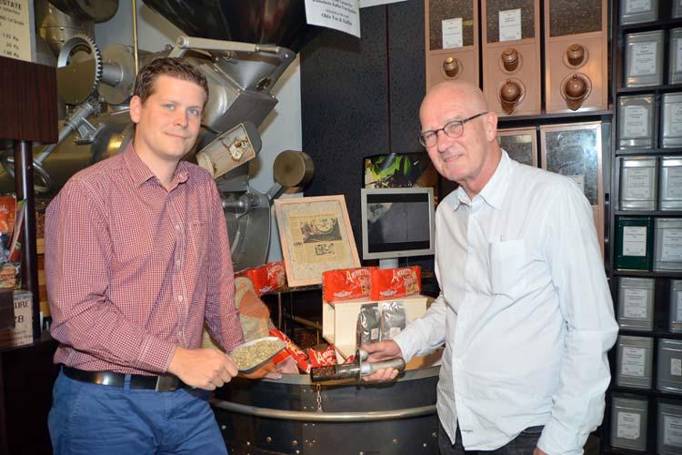 Hendrik und Jörg Nölker vor ihrer Röstmaschine.