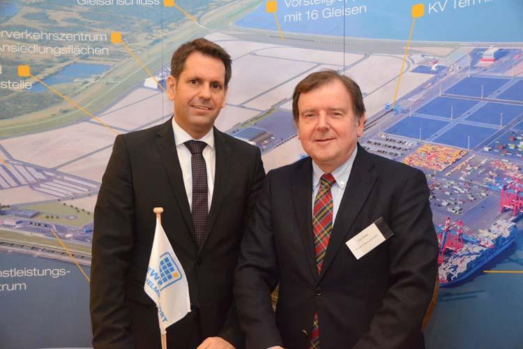 Niedersachsens Wirtschaftsminister Olaf Lies und Gert Stuke, Präsident der Oldenburgischen IHK, informierten über Chancen des JadeWeserPorts.