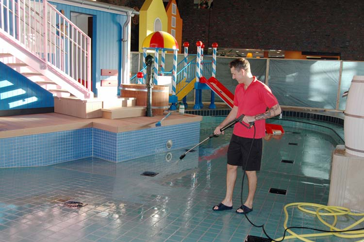 Schwimmmeister Daniel Ryll führt die letzten Reinigungsarbeiten aus, bevor der neue Kinderbereich im OLantis eröffnet wird.