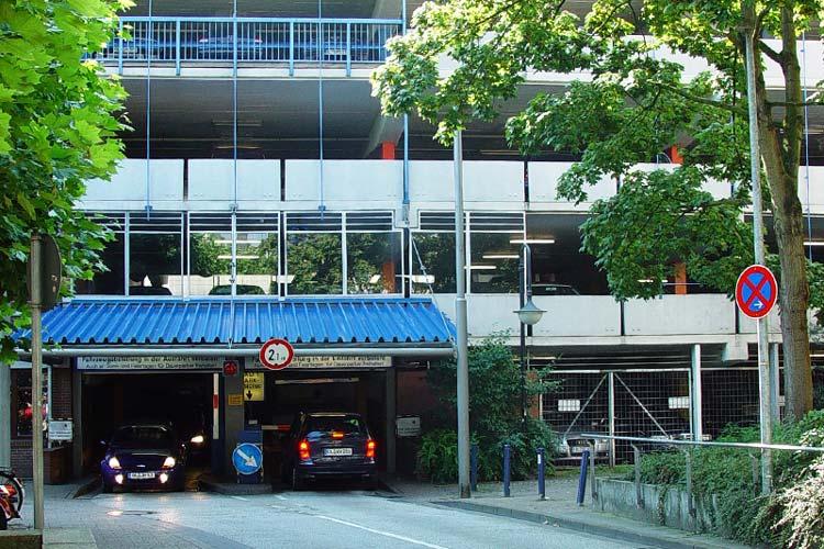 Nach dem Willen von SPD und Grünen soll die Zufahrt zum Parkhaus am Waffenplatz verlegt werden, um die Aufenthaltsqualität auf dem Platz zu steigern.
