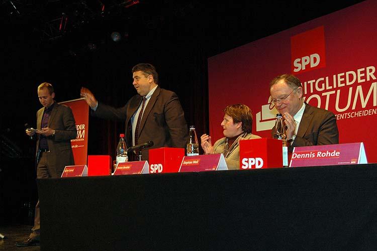 SPD-Parteichef Sigmar Gabriel informierte die SPD-Mitglieder aus dem Bezirk Weser-Ems über den mit der CDU ausgehandelten Koalitionsvertrag. Schützenhilfe leisteten die SPD-Fraktionsvorsitzende im Niedersächsischen Landtag, Johanne Modder, und Ministerpräsident Stephan Weil. Der SPD-Bundestagsabgeordnete Dennis Rohde moderierte den Abend.