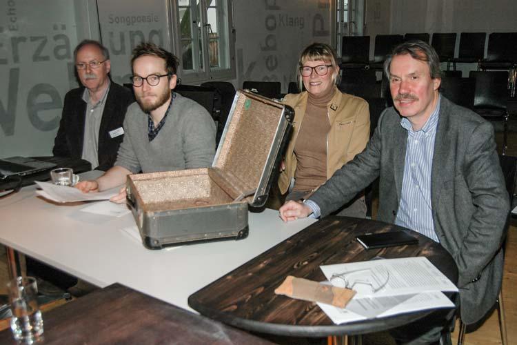 Peter Löffler, Finn-Ole Heinrich, Monika Eden und Dr. Michael Brand (von links) sehen dem literarischen Experiment Blogbuch Oldenburg erwartungsvoll entgegen.