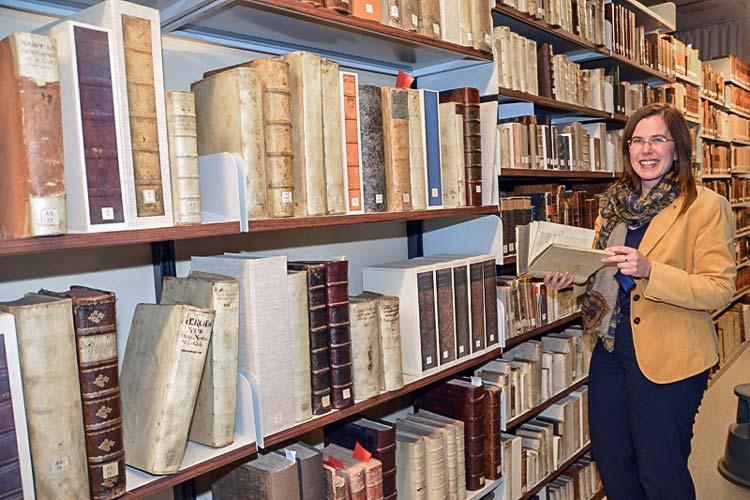 Corinna Roeder freut sich über den neuen Ausleih-Rekord in der Landesbibliothek Oldenburg.