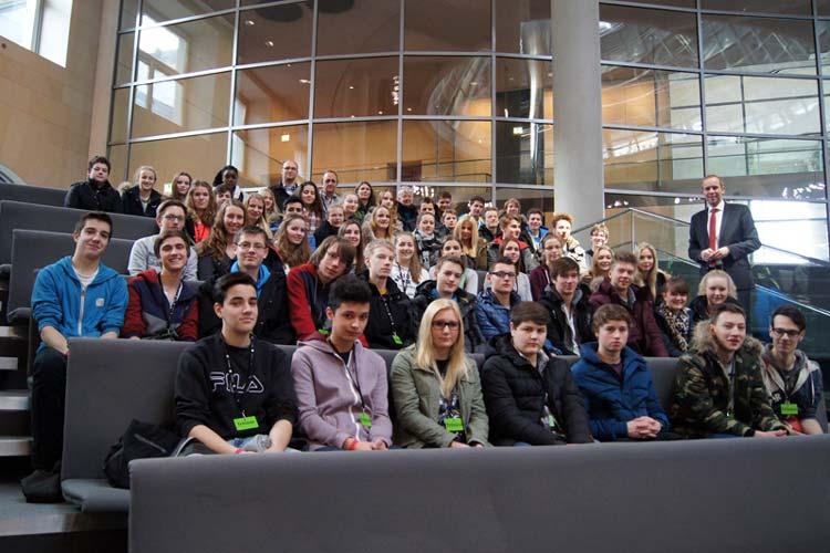 In Berlin begrüßte Dennis Rohde in dieser Woche Schülerinnen und Schüler der Klassen 10b und 10d des Neuen Gymnasiums Oldenburg, seiner ehemaligen Schule.