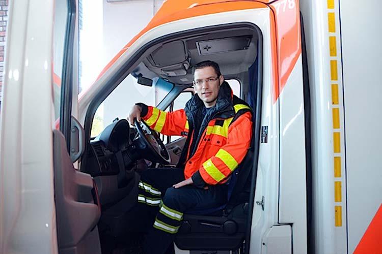 Eike Mitschker, Rettungsassistent bei der Oldenburger Feuerwehr und täglich im Einsatz, empfiehlt die Notfallmappe, weil sie Leben retten kann.