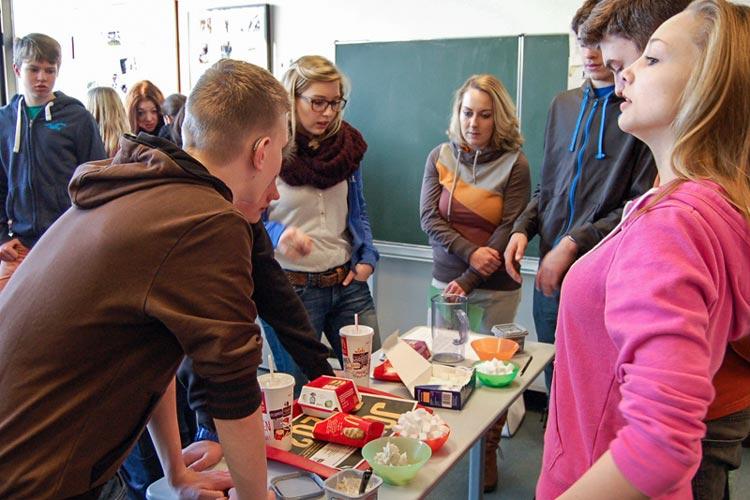 Die Schülerinnen der Krankenpflegeschule Lea Seeberg und Elena Simon erklärten den Achtklässlern anhand eines Fast-Food-Menüs, wie viel Fett und Zucker sich in einer Cola und einem Hamburger verstecken.