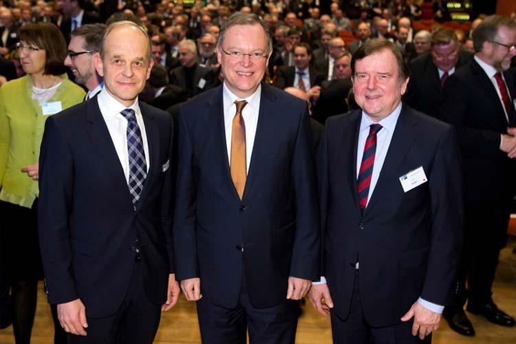 IHK-Hauptgeschäftsführer Dr. Joachim Peters (links) und IHK-Präsident Gert Stuke (rechts) begrüßten Niedersachsens Ministerpräsident Stephan Weil, der die Festrede hielt.