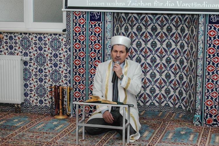 Imam Abidin Cosar zitierte in der Haci Bayram Moschee der Türkisch-islamischen Gemeinde Oldenburg aus dem Koran.