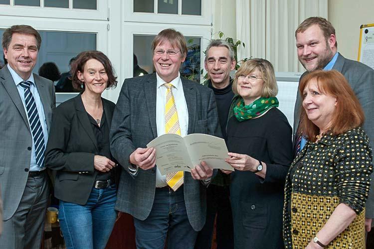 Justizministerin Antje Niewisch-Lennartz (5. von links) besuchte gemeinsam mit den Landtagsabgeordneten Jürgen Krogmann (links) und Ulf Prange (rechts) die Mitarbeiter des Vereins Konfliktschlichtung (von links) Karin Schulze, Jochen Hillenstedt, Christian Scheffler und Veronika Hillenstedt.