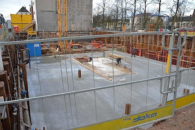 Die Sohle für das fünfstöckige Wohn- und Geschäftshaus ist gegossen. Im Frühjahr 2015 soll das 13 Millionen Euro kostende Gebäude fertig sein.