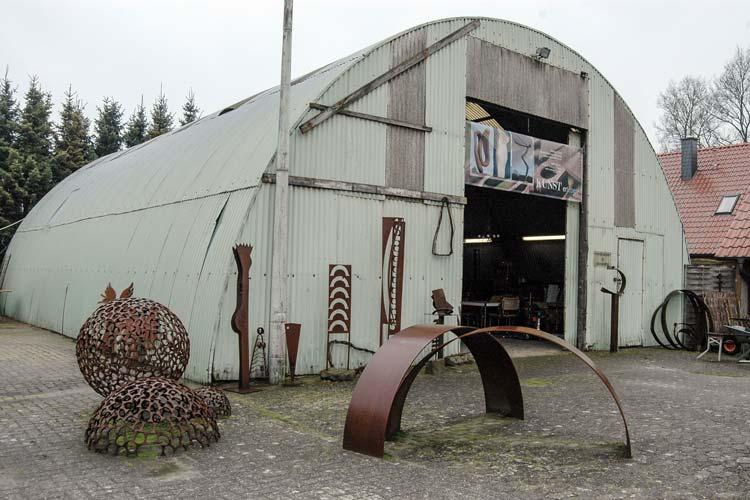 In einem alten Flugzeughangar entstehen die Werke der Künstlerin Renate Ruck.