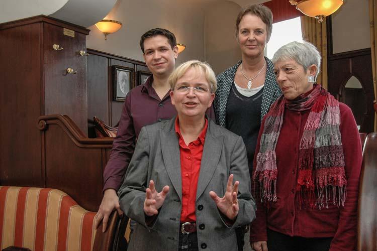 Dr. Marion Rieken wurde als Kandidatin für die Oberbürgermeister-Wahl von Hiltrud Neidhardt, Sebastian Beer und Andrea Hufeland (alle Grünen-Findungskommission) vorgestellt (von links).