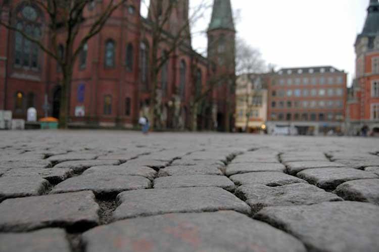 Für Rollstuhlfahrer ist das Pflaster des Oldenburger Marktplatzes nicht befahrbar.