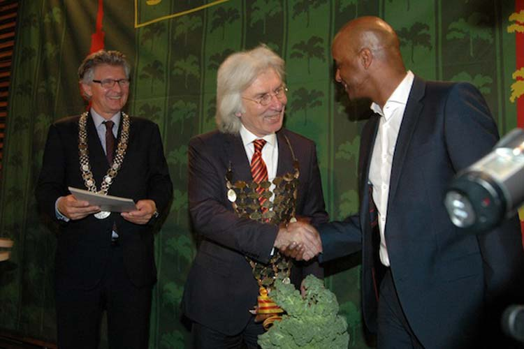 Gröönkohl nach der Krönung (von links): Oberbürgermeister Gerd Schwandner, der neue Grünkohlkönig Hüseyin Avni Karslioglu und Kurfürst Yared Dibaba.
