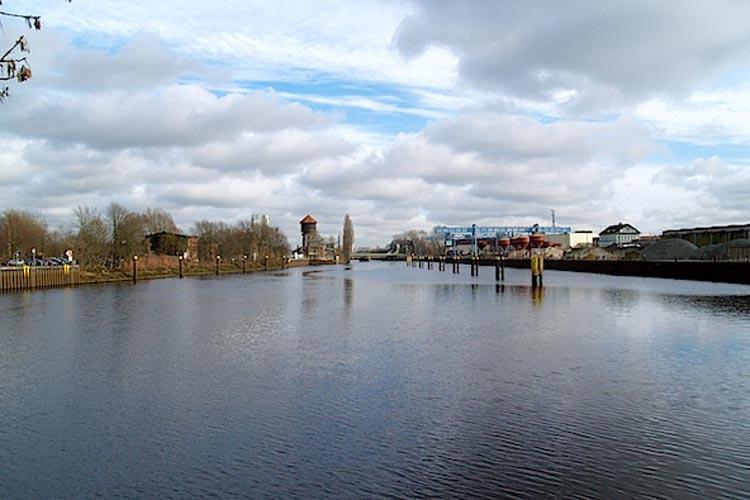 Das Wendebecken am Oldenburger Hafen wird gebaut.