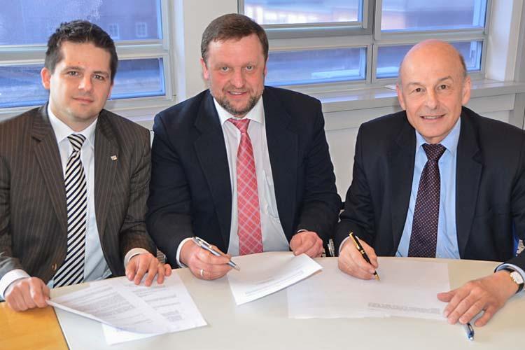 Prof. Dr. Sebastian Lehnhoff, Prof. Thomas Wegener, iro-Vorstandsmitglied, und Offis-Vorstand Prof. Dr. Hans-Jürgen Appelrath unterzeichneten einen Kooperationsvertrag.