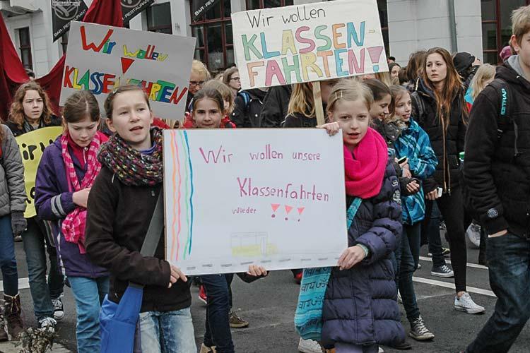 Rund 3500 Schüler protestierten heute in Oldenburg gegen die Streichung der Klassen- und Kursfahrten an Gymnasien.