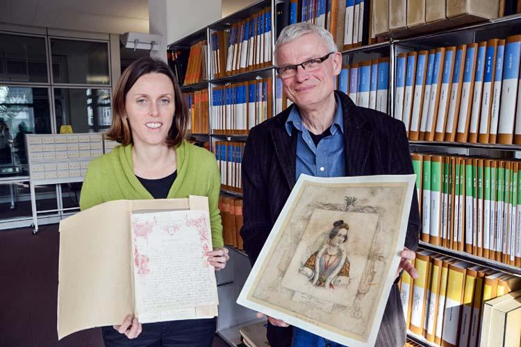 Romy Meyer und Dr. Gerd Steinwascher zeigen den Brief von Katharina der Großen und das Bildnis von Amalia, das seinerzeit in vielen guten Stuben hing.