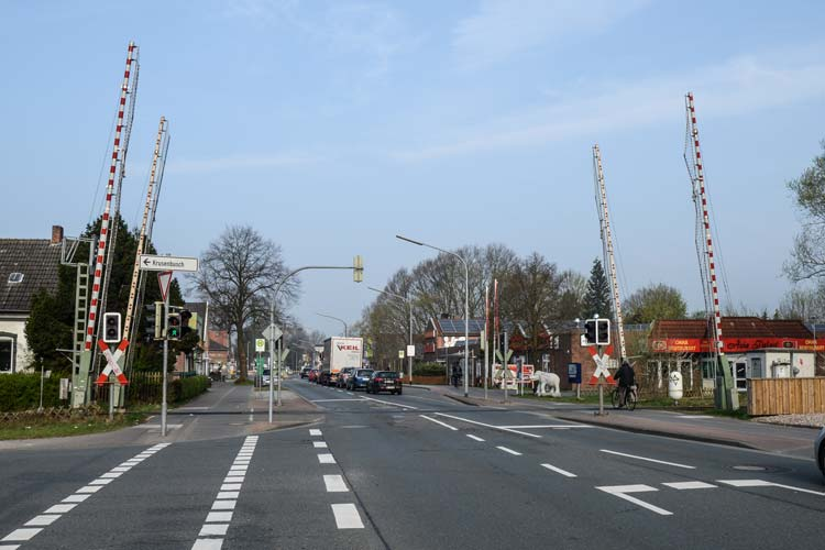 Mit Verkehrsbeeinträchtigungen für die Autofahrer und Lärm für die Anwohner muss während der Gleisarbeiten an den Bahnübergängen in der Bremer Heerstraße gerechnet werden.