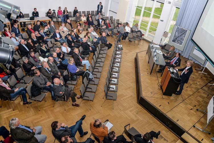 Rund 100 Bürger nahmen an dem Forum zur Cäcilienbrücke teil. Die Mehrheit sprach sich für einen Erhalt der Brücke aus.