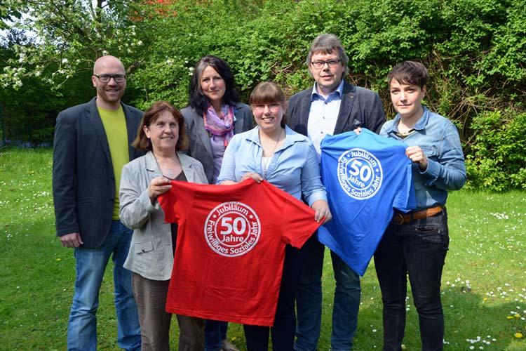 Sebastian Fröhlich, Fenni Lambers, Anne Brandt, Angela Lerch-Tautermann, Frank Tönnjes und Maren Kiel vom LAK laden zum FSJ-Aktionstag in der Oldenburger Innenstadt ein.