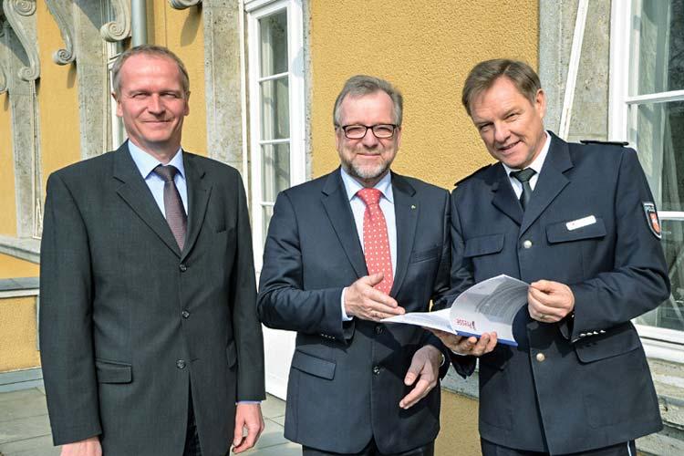 Thomas Kues, Johann Kühme und Dieter Buskohl (von links) stellten gestern die Kriminalstatistik der Polizeidirektion Oldenburg vor.