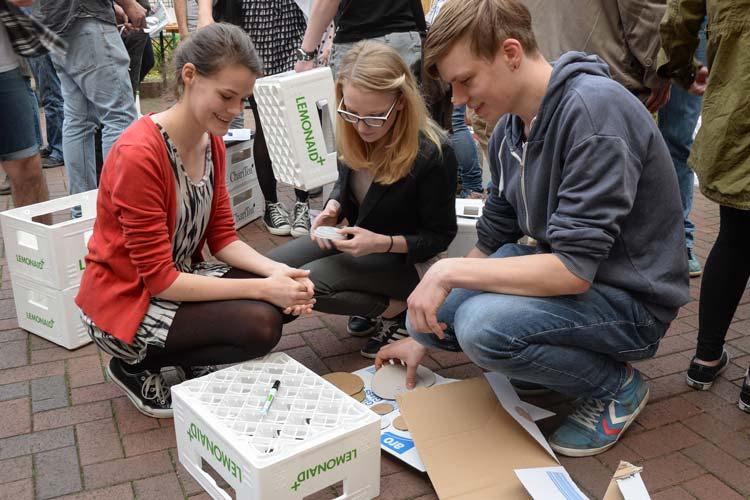 Um es den Pfandsammlern in Oldenburg leichter zu machen, haben junge Menschen Pfandkisten an Laternenmasten im Stadtgebiet angebunden.