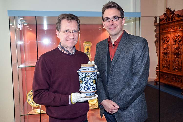 Dr. Michael Reinbold (links) und Dr. Marcus Kenzler mit dem Apothekengefäß, das sich dank der Oldenburgischen Landschaft jetzt im rechtmäßigen Besitz des Landesmuseums befindet.