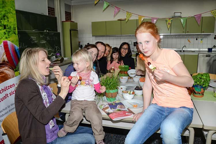Jonna, Ella und Verena klärten zusammen mit Eltern, Lehrern und den Machern der Broschüre über einen gesunden Pausensnack auf.