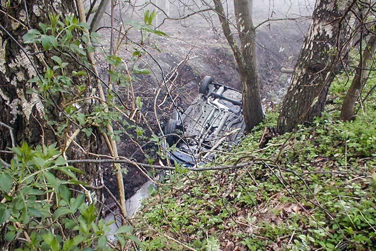Ein außergewöhnlicher Verkehrsunfall beschäftigte die Polizei in Oldenburg. Ein PKW war in einen drei Meter tiefen Graben gerutscht.