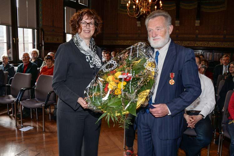 Stadträtin Silke Meyn überreichte die Verdienstmedaille an Roland Neidhardt.