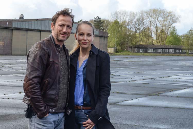 Wotan Wilke Möhring als Bundespolizist Thorsten Falke und Petra Schmidt-Schaller als Ermittlerin Katharina Lorenz beim Tatortdreh auf dem Oldenburger Fliegerhorst.