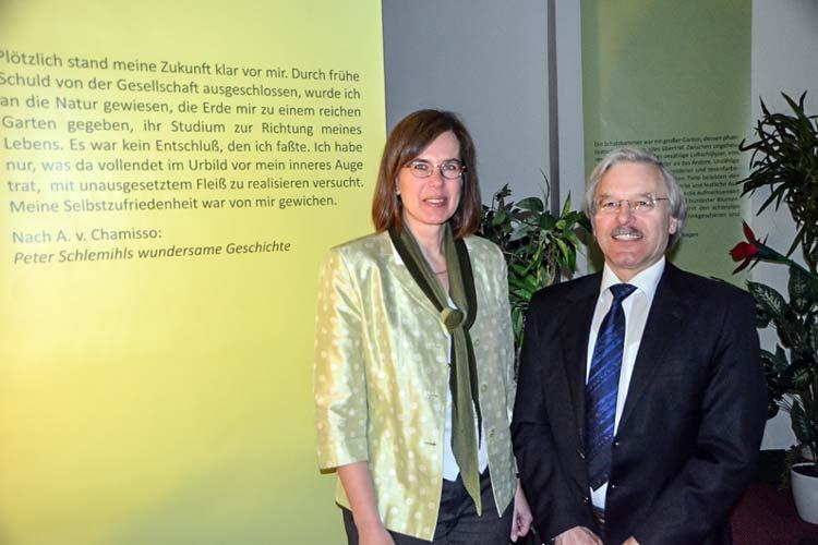 Corinna Roeder, Leiterin der Landesbibliothek, konnte Prof. Dr. Detlef Haberland als Kurator für die Ausstellung gewinnen.