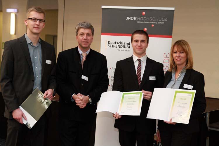 Marion Blatt und zwei ihrer Stipendiaten: Finn Gerdes und Michael Martin sowie Hochschulpräsident Dr. Elmar Schreiber.