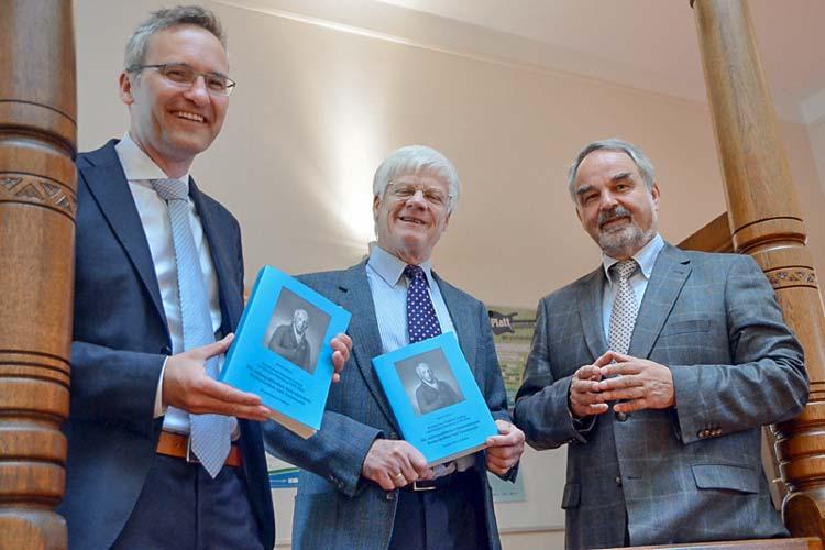 Verleger Florian Isensee, Dr. Bernd Müller und Landschaftspräsident Thomas Kossendey mit der neuen Publikation.