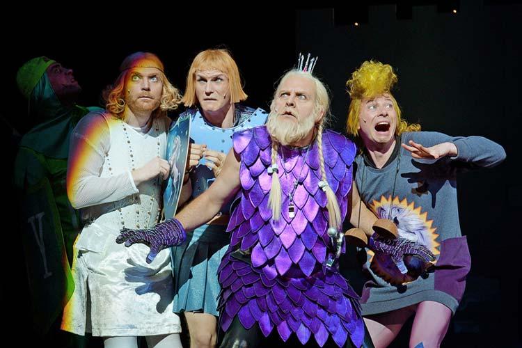 Monty Python's Spamalot – liebevoll aus dem Film Die Ritter der Kokosnuss zusammengeklaut – feierte seine Premiere im Oldenburgischen Staatstheater.