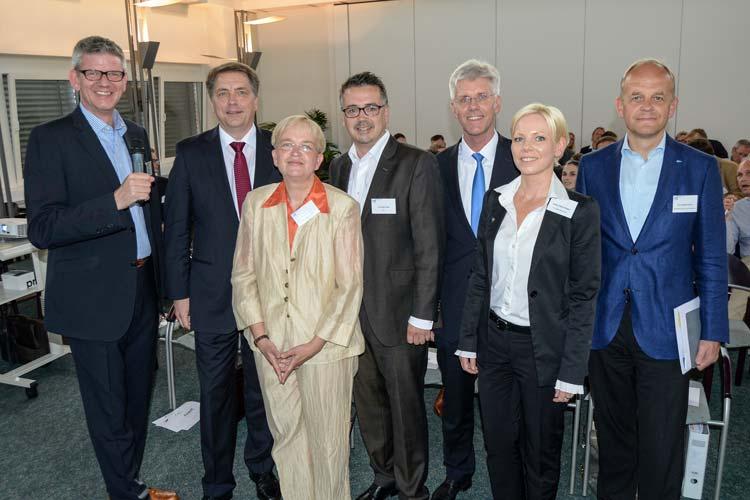 Uwe Haring (Moderator), Jürgen Krogmann (SPD-Kandidat), Dr. Marion Rieken (Grünen/Linke-Kandidatin), Christoph Baak (CDU-Kandidat), Kersten Duwe (Treuhand Oldenburg), Andrea-Maria Waden (stellvertretende Sprecherin der Wirtschaftsjunioren) und Dr. Joachim Peters (Hauptgeschäftsführer der Oldenburgischen IHK) (von links) trafen sich 130 Tage vor der Wahl des Oberbürgermeisters in Oldenburg. Foto: am
