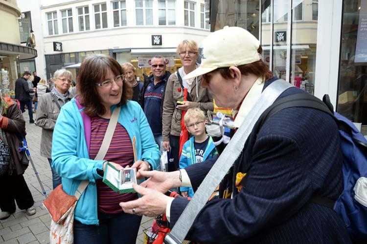 Eva Fackelmann übergab unter anderem eine Mundharmonika an Waldemar.