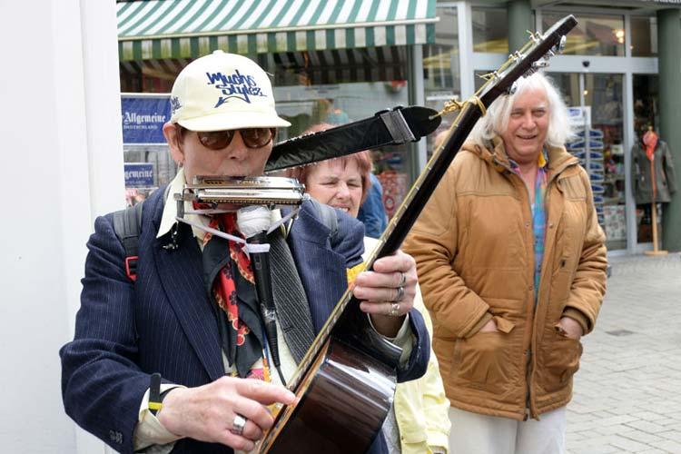 Das Oldenburger Urgestein Waldemar probiert seine neue Mundharmonika aus.