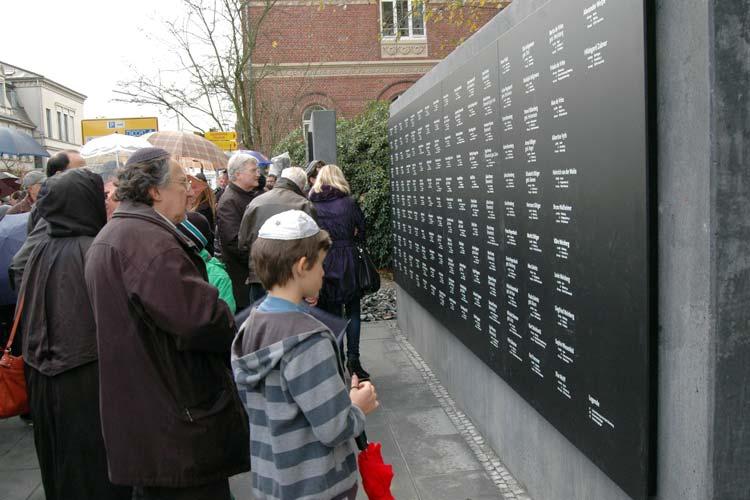 Über die fehlerhafte Gedenkwand soll jetzt öffentlich diskutiert werden.