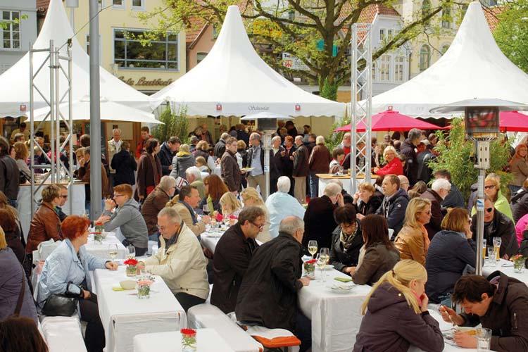 Fünf Tage lang laden Köche der Region bei Oldenburg kocht auf dem Schlossplatz zum Probieren ein. Und auch die Prominenz deutscher Küchen zeigen ihr Können