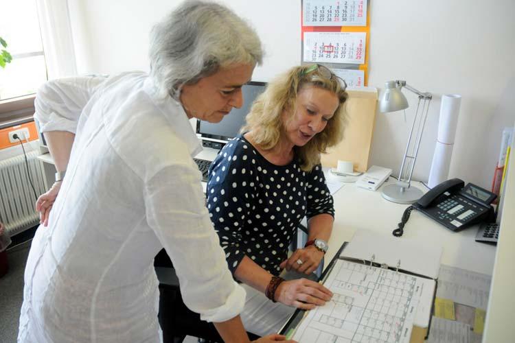 Doris Kern und Antje Heinemann-Sanders von pro familia hören zu und beraten.