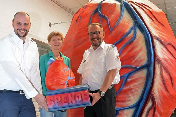Dieses Riesenherz mit 500 Quadraten, das Carsten Wessels, Deliane Rohlfs und Dirk Sandleben jetzt präsentierten, soll auf dem Schlossplatz im Rahmen der Aktion Kunst im Blutbeklebt werden.