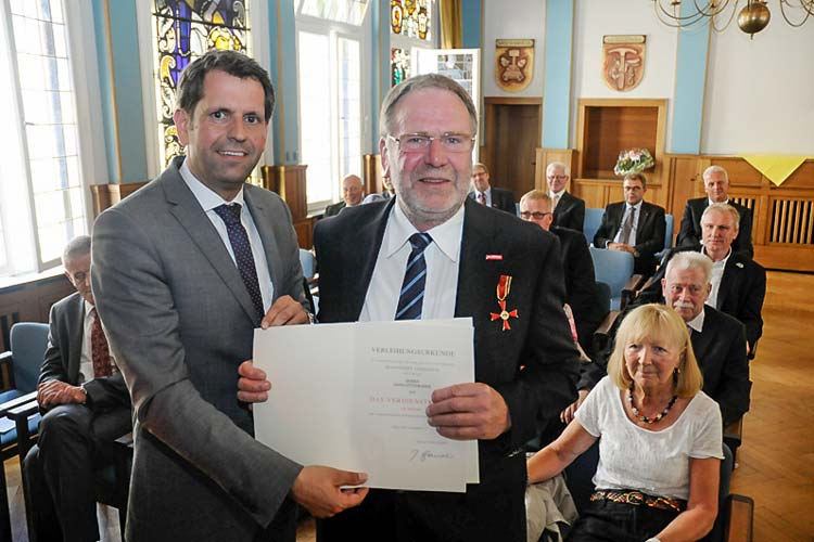 Niedersachsens Wirtschaftsminister Olaf Lies überreichte Hans-Otto Rohde für sein langjähriges ehrenamtliches Engagement das Verdienstkreuz am Bande des Verdienstordens der Bundesrepublik Deutschland.