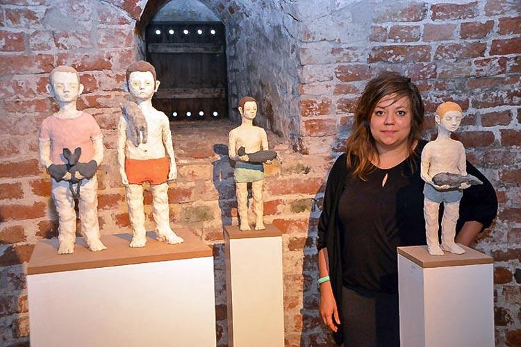 Anna Dorothea Klug mit ihren surrealen Keramik-Wesen.