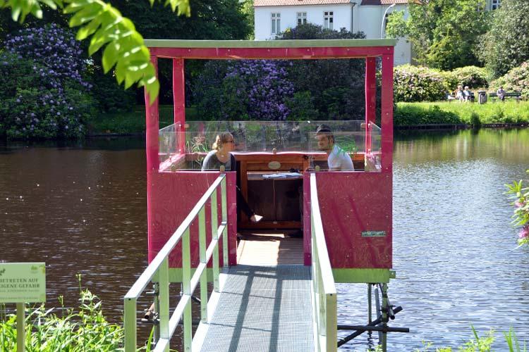 Die installierten Baumhäuser im Oldenburger Schlossgarten können nach den Jubiläumsfeierlichkeiten erworben werden.